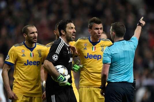 Gianluigi Buffon, incrédule, voit l'arbitre de la rencontre Real Madrid-Juventus Turin lui signifier son renvoi de la partie, mercredi 11 avril.