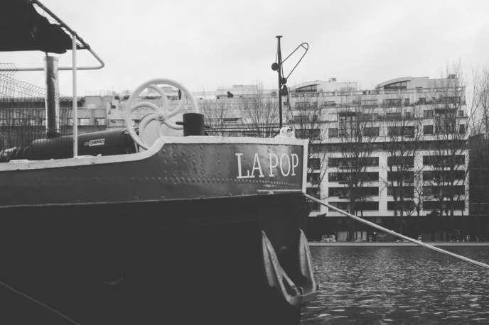 « Incubateur des musiques de scène», laPéniche LaPop est située face au 34, quai de Loire, à Paris dans le 19e arrondissement.
