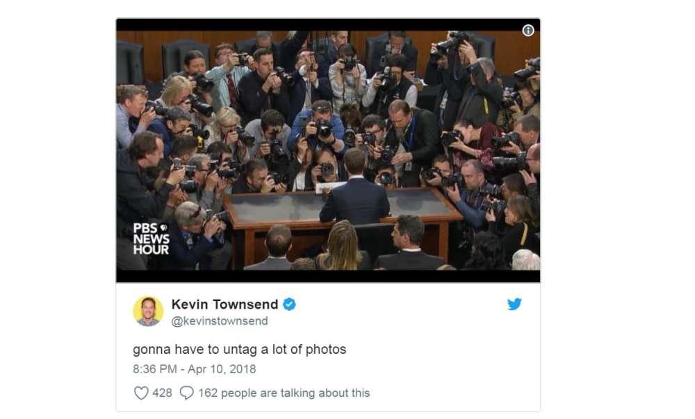 Le journaliste Kevin Townsend se met à la place de Mark Zuckerberg : « Il va falloir détaguer beaucoup de photos. » Juste avant le début de l'audition au Sénat mardi, les photographes se sont pressés autour de Mark Zuckerberg.