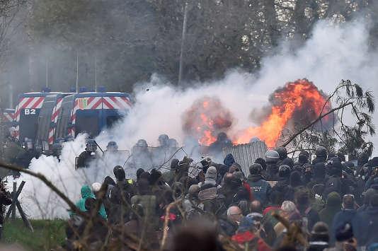 Mercredi11avril, les gendarmes ont lancé une charge massive contre les opposants, la plus importante depuis le début de leur intervention lundi à l'aube.