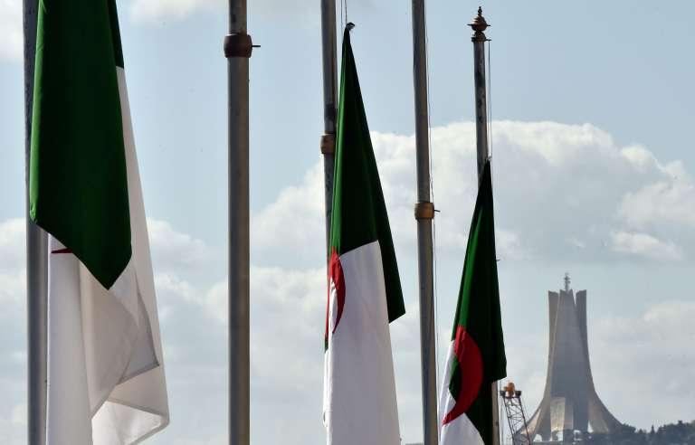 Drapeaux algériens en berne