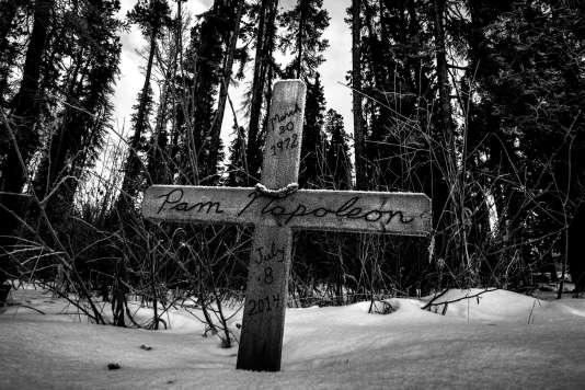 Croix commémorative dressée à l'endroit où Pamela Napoleon, 20 ans, a été assassinée et brûlée en 2014 (territoire de chasse, dans la réserve Blueberry, Colombie-Britanique, Canada).
