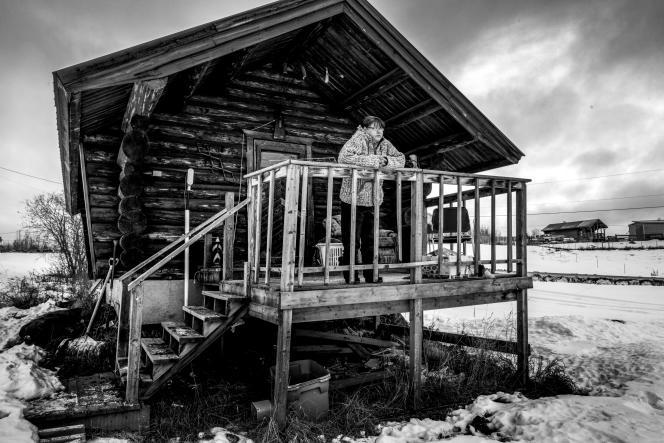 Vanessa Napoleon sur la balcon de la maison de sa soeur Pamela, enlevée à son domicile et assassinée en 2014. Réserve de Blueberry River First Nations, Colombie-Britanique, Canada, 2017.