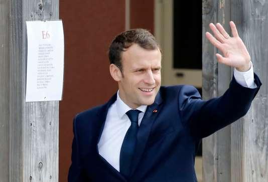 Emmanuel Macron lors de son arrivée à l'école primaire de Berd'huis, en Normandie, le 12 avril 2018, avant son intervention télévisée au« 13 heures» de TF1.