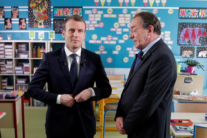 Emmanuel Macron et Jean-Pierre Pernaut après l'interview sur TF1, dans l'école de Berd'huis, le 12 avril.