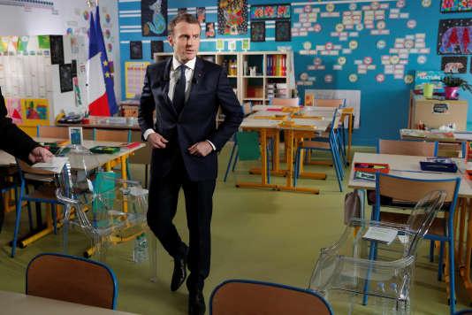 Emmanuel Macron, à son arrivée dans la classe de l'école de Berd'huis (Orne), pour son entretien sur TF1, le 12 avril.