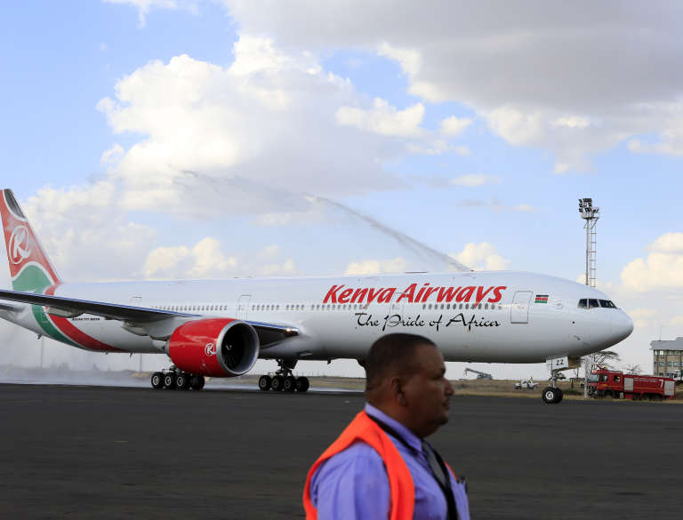 Un Boeing 777-300ER de Kenya Airways à l'aéroport international Jomo-Kenyatta de Nairobi, en 2013.