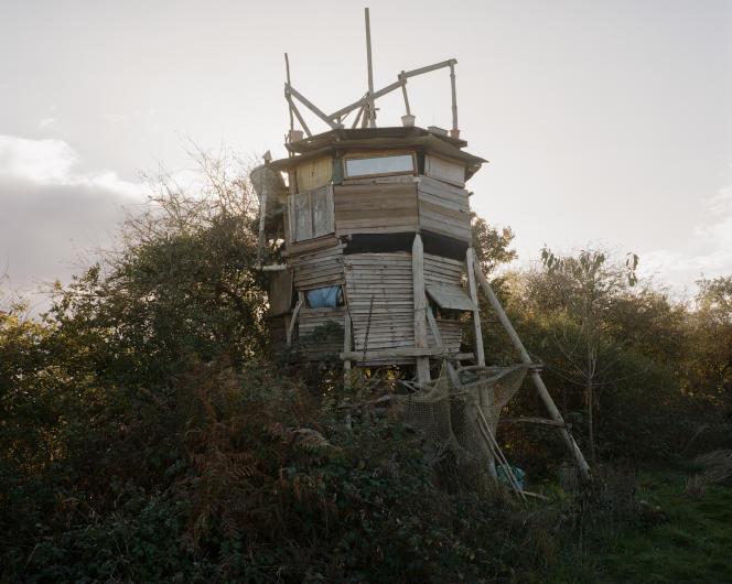 «La drôle de maison d'Alex», autrement appelée «la tour du port» en raison de sa proximité avec un étang. Une habitation construite sur la ZAD de Notre-Dame-des-Landes.