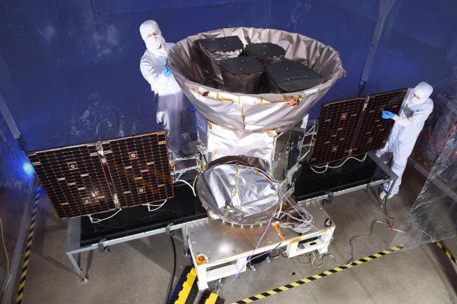 Des techniciens en train de travailler sur le satellite, le 11 avril.