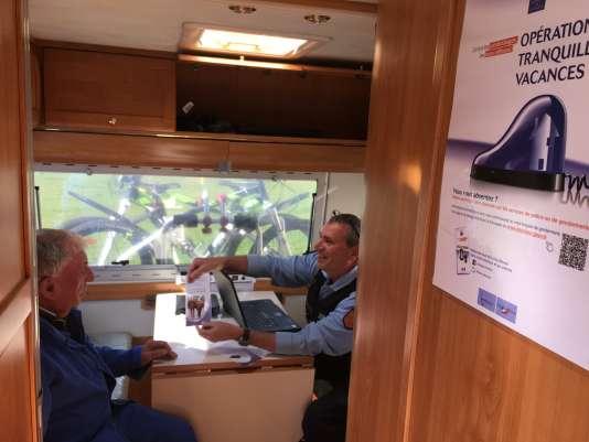 Dans le camping-car de la gendarmerie, les couchettes ont été supprimées pour laisser place à deux bureaux équipés d'ordinateurs pouvant enregistrer des plaintes.