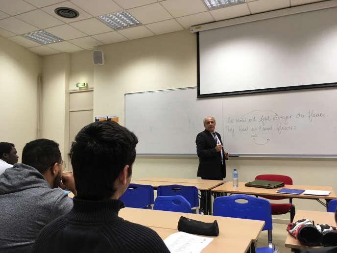 Jean-Louis Habert, professeur d'anglais de la prépa de la Montpellier business school, avec des élèves en BTS, le 28 mars 2018