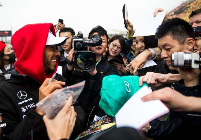 Le champion Mercedes Lewis Hamilton, lors de la séance dédicace du 12avril sur le circuit de Shanghaï (Chine).