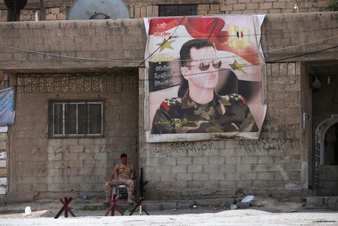 Une affiche représentant Bachar Al-Assad, à Al-Wafidine, entre Damas et la Ghouta orientale, le 12 avril.
