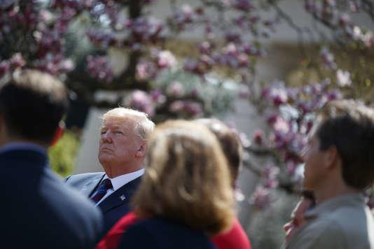 Le président américain Donald Trump dans les jardins de la Maison Blanche, le 12 avril, à Washington.
