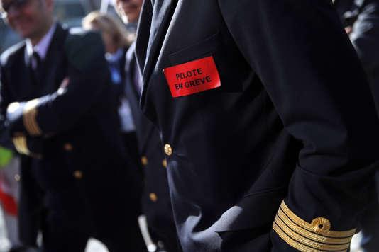 Des pilotes grévistes rassemblés mercredi 11 avril près du siège d'Air France à Tremblay-en-France (Seine-Saint-Denis).