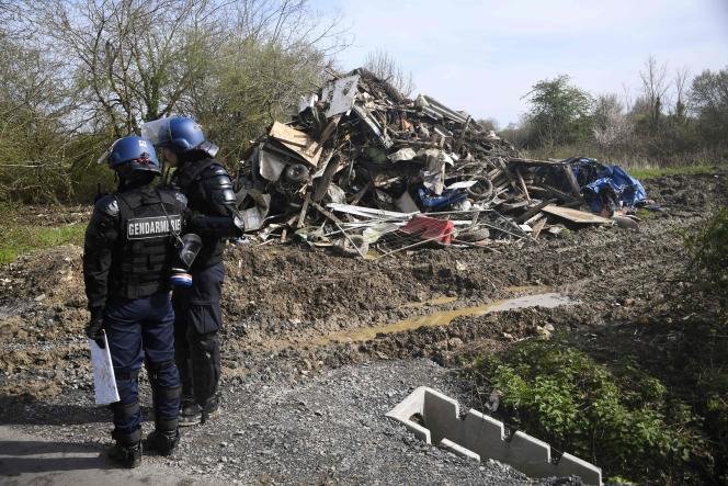 Les forces de gendarmerie près d'un des sites détruits sur la ZAD de Notre-Dame-des-Landes, le 12 avril.