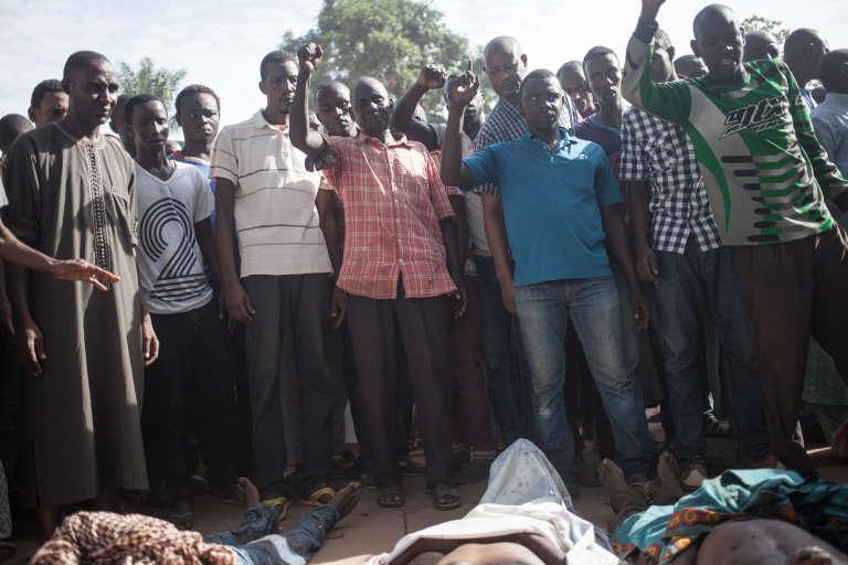 Des habitants du PK5, quartier de Bangui à majorité musulmane, le 11avril, devant le quartier général de la Minusca, où ils ont déposé les cadavres de dix-sept personnes tuées selon eux dans les violences de la veille.