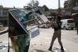 Après la reprise de la ville d'Afrine, en Syrie, un officier de l'armée turque, détruit le poster d'Abdullah Ocalan, chef charismatique du PKK.