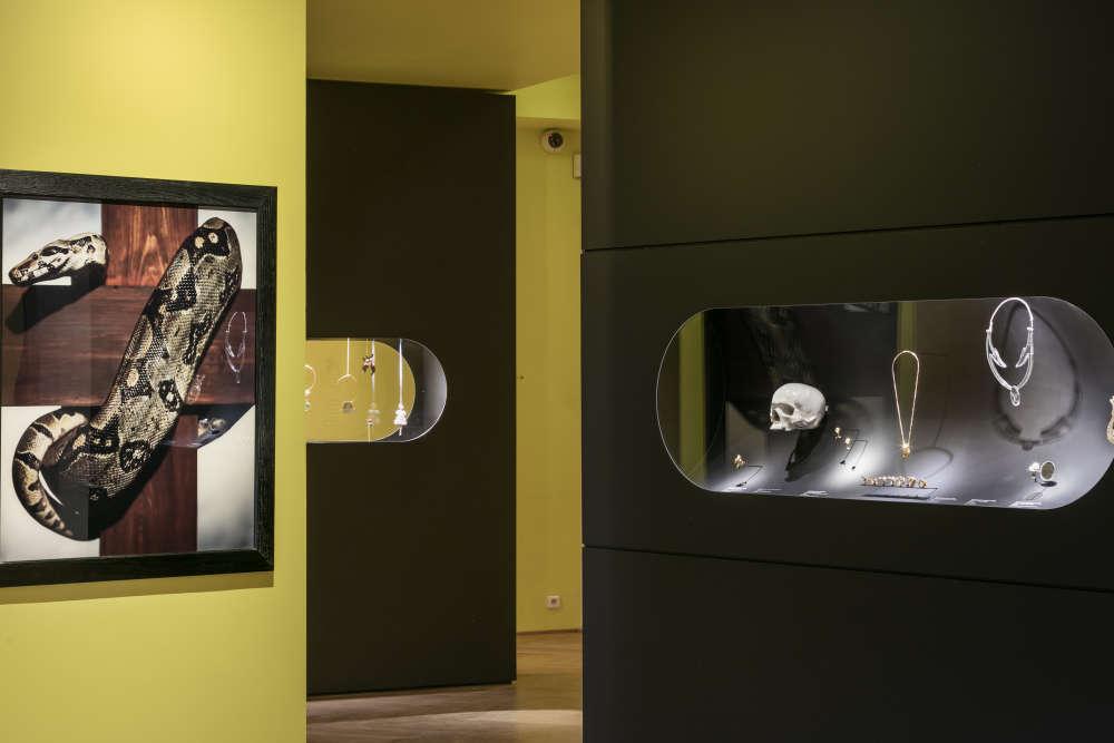 Les œuvres« classiques» des artistes , ici le «Snake on the Cross» d'Andres Serrano dialoguent parfois avec leurs bijoux pour souligner les correspondances esthétiques.