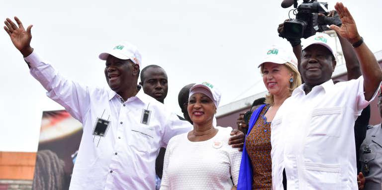 Le président ivoirien, Alassane Ouattara, et l'ancien chef de l'Etat Henri Konan Bédié en octobre 2016 à Abidjan. Les deux alliés, accompagnés de leurs épouses, Dominique Ouattara et Henriette Konan Bédié, étaient en campagne pour l'adoption de la nouvelle Constitution.