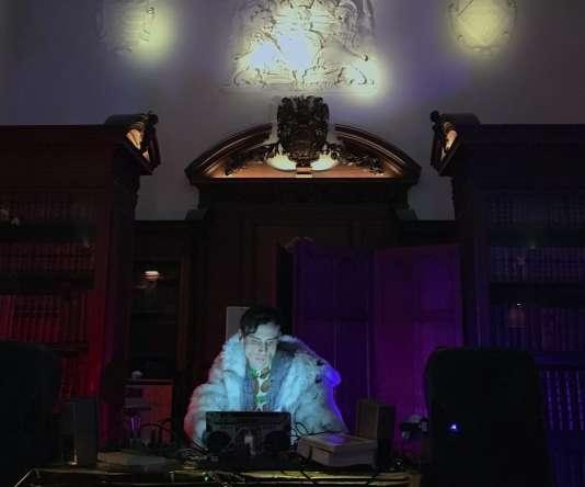 Le DJ Eric en train de mixer dans la «vieille bibliothèque» du collège de Pembroke lors d'une soirée «Beats & Books», à Cambridge.