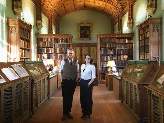Anne et Alex, les conservateurs de la bibliothèque Parker du collège de Corpus Christi, à Cambridge.