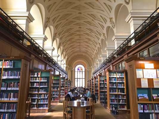 La bibliothèque du collège de Gonville et Caius, à Cambridge, rassemble plus de 60 000 volumes.