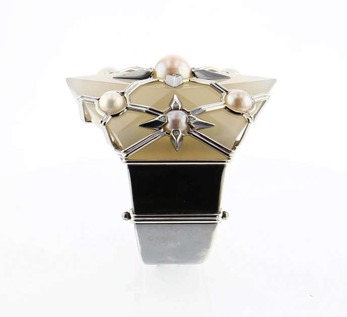 Bracelet Elie Top : fragment de manchette Belperron– calcédoine, perles–, or blanc, argent patiné, diamants.
