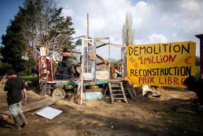 Des militants reconstruisent une structure détruite par les gendarmes, sur la ZAD de Notre-Dame-des-Landes, le 13 avril.