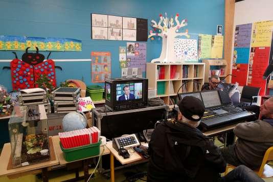 La régie mobile installée à l'école deBerd'huis (Orne) pour l'entretien d'Emmanuel Macron diffusé sur TF1, le 12 avril.