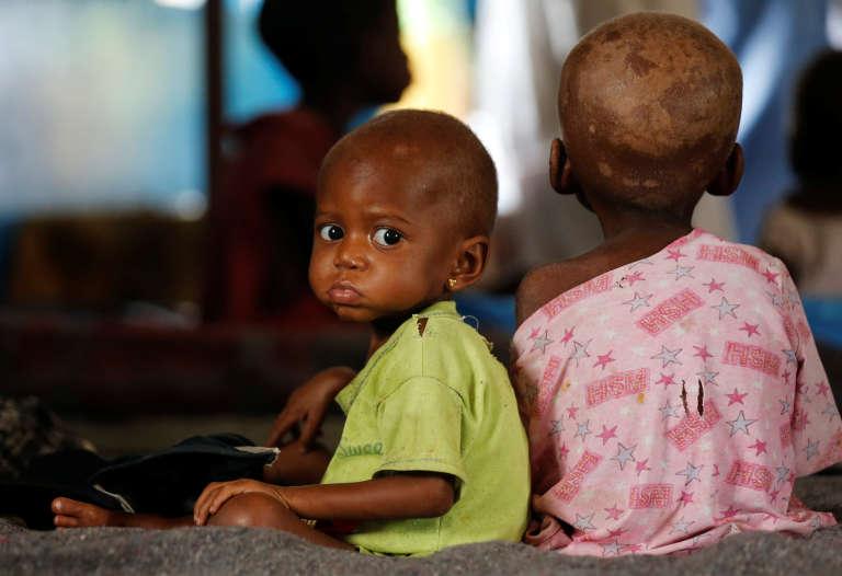 Ntumbabu Kalubi et sa sœur Ntumba atteints de malnutrition sévère attendent de voir un médecin à l'hôpital général de Mwene Ditu au Kasaï oriental, le 15 mars 2018.