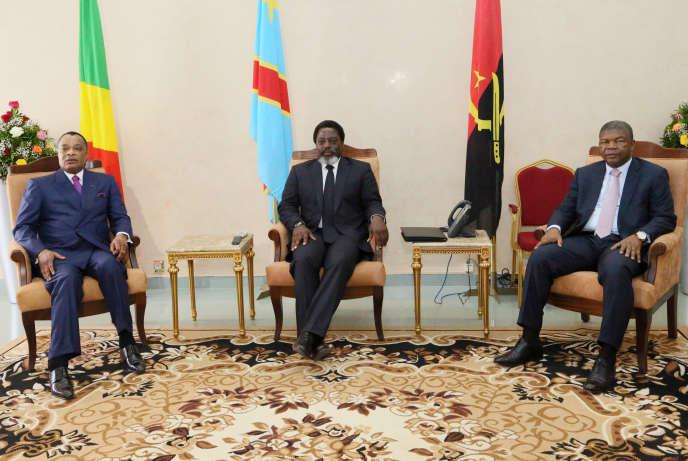 Le président congolais, Joseph Kabila (au centre), s'entretient avec ses homologues du Congo-Brazzaville, Denis Sassou Nguesso (à gauche), et d'Angola, Joao Lourenço, à Kinshasa le 14 février 2018.