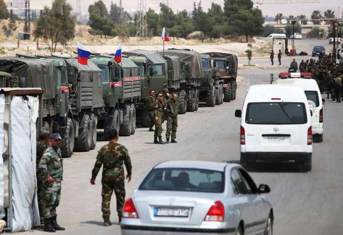 Des soldats russes et syriens assurent la sécurisation du convoi des derniers rebelles évacués de la Douma, en banlieue de Damas, le 12 avril.