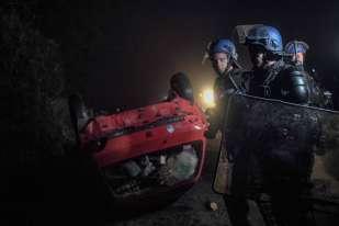 Il est 3heures du matin, lundi9 janvier, quand les gendarmes mobiles commencent leur progression sur la route départementale 281, au sud du petit bourg de Notre-Dame-des-Landes (Loire-Atlantique). Ils commencent à débarrasser cette route, qui traverse la ZAD, des barricades, dont certaines enflammées. 2500gendarmes mobiles sont mobilisés pour cette opération de grande ampleur.