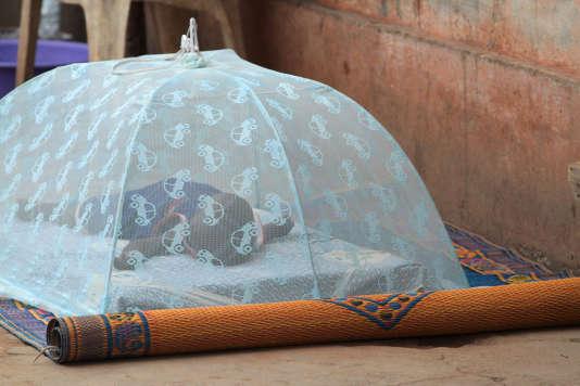 Moustiquaire protégeant un bébé. Lomé. Togo.