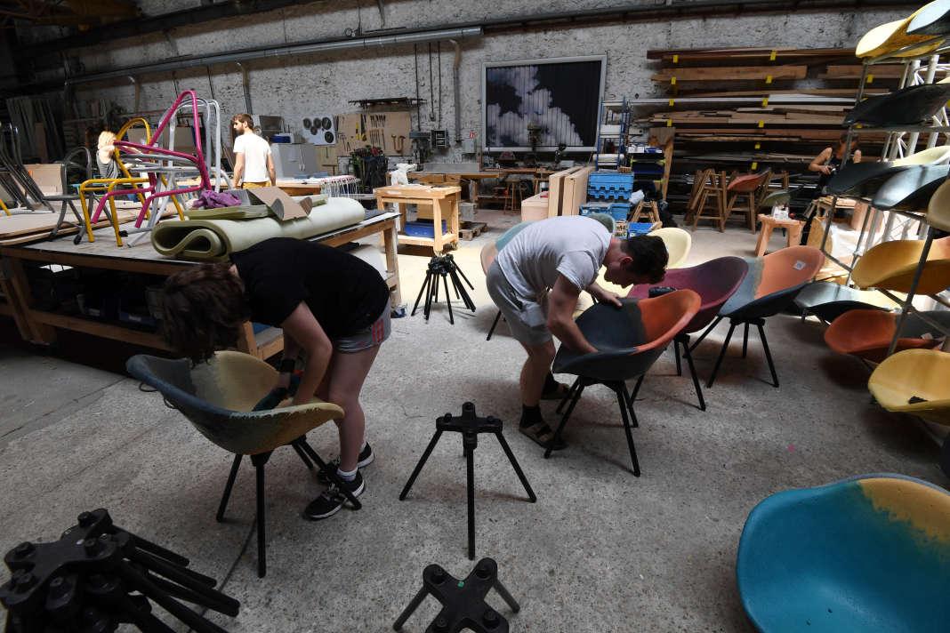 Des salariésde la Camif fabriquent des chaises à partir de matériaux recyclés,à Ivry-sur-Seine (Val-de-Marne), en juin2017.