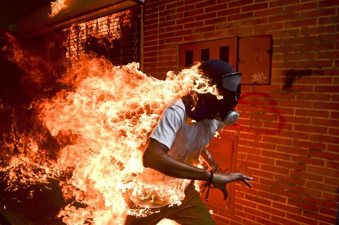 Le photographe Ronaldo Schemidt a été récompensé en 2018 pour une image d'un manifestant en flammes, pendant des émeutes à Caracas.
