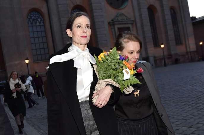 Sara Danius (à gauche) devant l'Académie suédoise, à Stockholm, le 12avril.