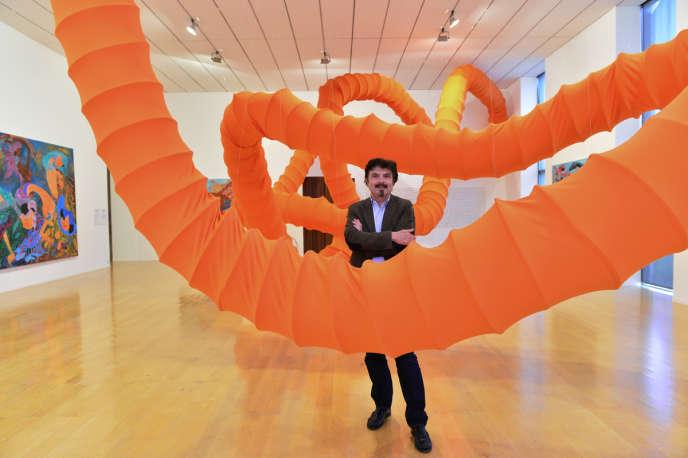 Thierry Raspail au Musée d'art contemporain de Lyon avec des œuvres d'Anida Yoeu Ali et Marisa Darasavath dans l'exposition«Open Sea», en mai 2015.