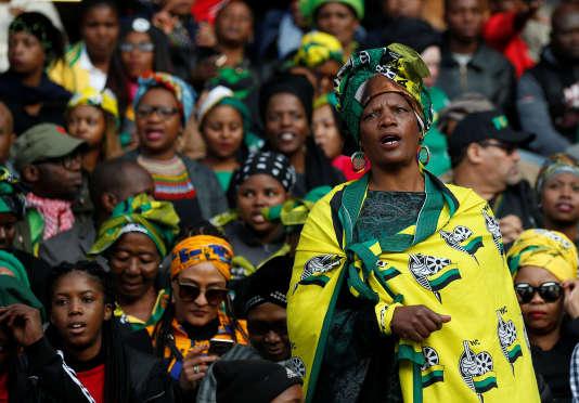 Une femme lors de la cérémonie d'hommage à Winnie Madikizela-Mandela au sein du stade d'Orlando, en Afrique du sud, le 14 avril 2018.