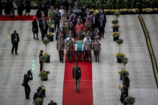 Militaires et dignitaires lors de la cérémonnie d'hommage à l'icône anti-apartheid Winnie Madikizela-Mandela à Johannesburg, le 14avril 2018.