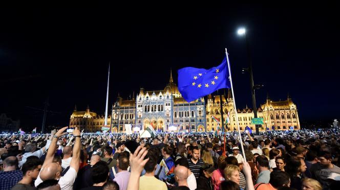 Des manifestants rassemblés devant le Parlement hongrois, samedi 14 avril, à Budapest.