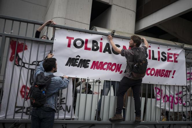 Des étudiants accrochent une banderole à la grille de la faculté de Tolbiac, le 11avril.