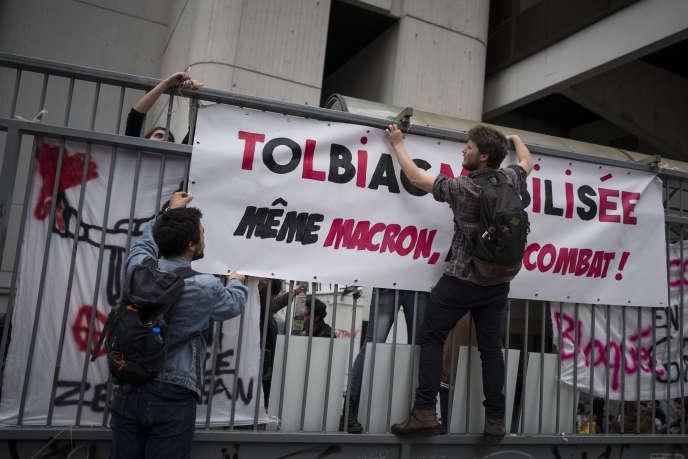 Des étudiants accrochent une banderole a la grille du campus Tolbiac de l'université de Paris-I, le 11 Avril.