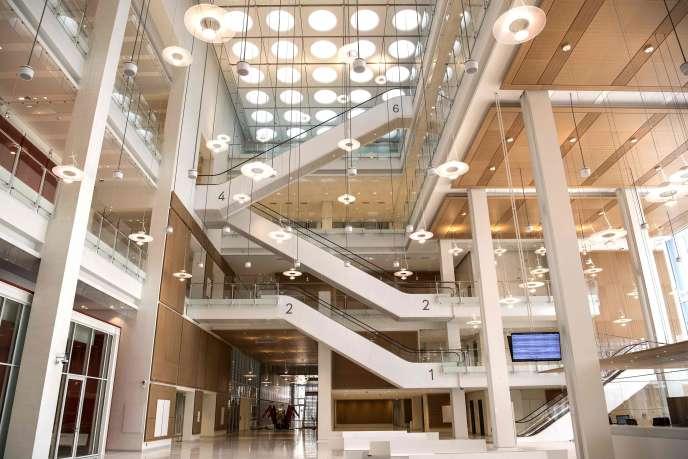 Le tribunal s'est installé dans le quartier des Batignolles, dans une tour dessinée par l'architecte Renzo Piano, culminant à 160mètres.