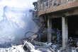 Des soldats syriens inspectent les débris dans le Centre de recherches scientifiques de Barzeh, un quartier de Damas, le 14 avril.