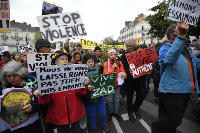 Des manifestants venus exprimer leur soutien à la ZAD de Notre-Dame-des-Landes, à Nantes, le 14 avril.