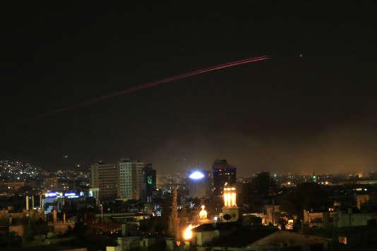 La défense anti-aérienne syrienne entre en action, dans le ciel de Damas, à l'aube du samedi 14 avril.