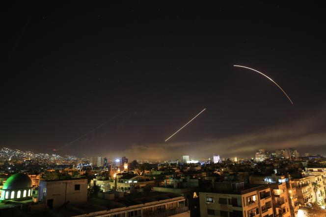 La défense antiaérienne syrienne entre en action dans le ciel de Damas, à l'aube, samedi 14 avril.