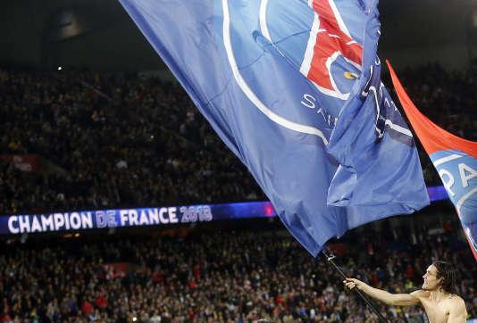 L'attaquanturuguayendu PSG, EdinsonCavani, célèbre le sacre du club en Ligue 1, le 15 avril au Parc des Princes.